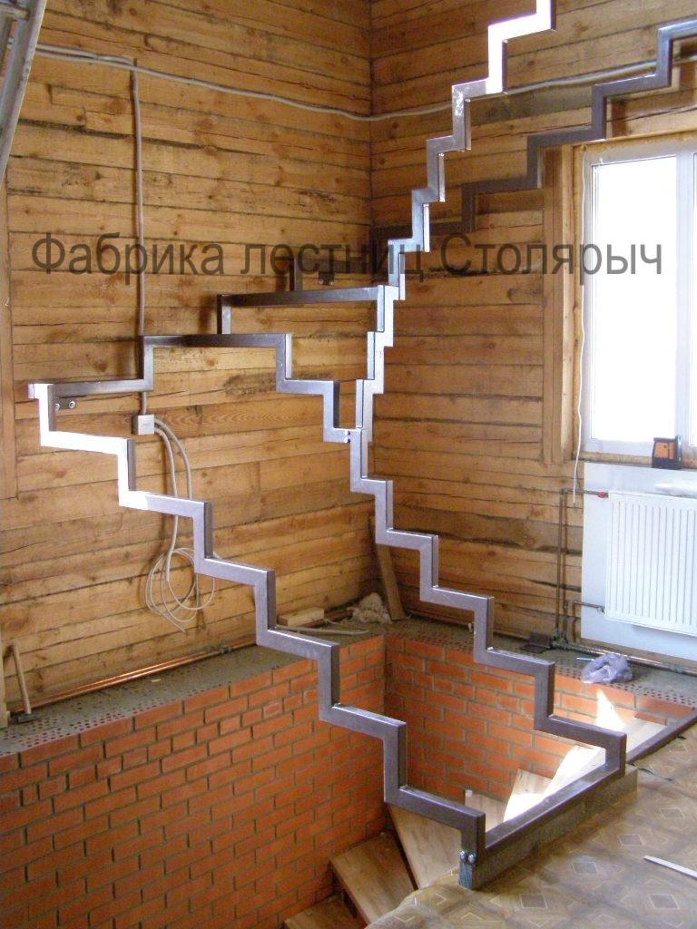 Металлический ломаный косоур для лестницы своими руками